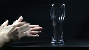 Applaus aan leeg glas bier stock videobeelden