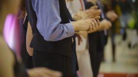 Applaus - close-up van het slaan van handen van bevindende mensen op het dansen gebeurtenis stock footage