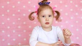 applaus Het kindmeisje slaat haar handen Portret van een grappige baby die close-up toejuicht stock footage