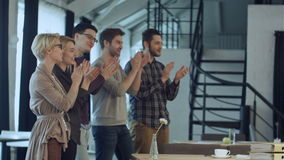 Applaus van opstarten van bedrijvenmensen in het bureau als team stock video