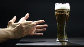 Applaus voor een goed bier stock footage