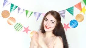 applauso La bella ragazza sorride ed applaude le sue mani Prestazione, circo Buon compleanno Ritratto di un giovane felice archivi video