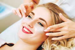 Applaying μαξιλάρια πηκτωμάτων ματιών αντι-γήρανσης Cosmetologist Στοκ Εικόνες