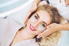 Applaying μαξιλάρια πηκτωμάτων ματιών αντι-γήρανσης Cosmetologist Στοκ εικόνες με δικαίωμα ελεύθερης χρήσης