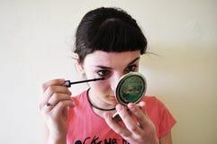 applaying mascara Arkivbild