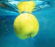 Apple在水中 库存图片