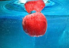Apple在水中 免版税库存照片