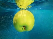 Apple在水中 免版税库存图片