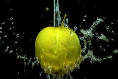 Apple用水飞溅 库存图片
