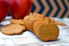 Apple äpple formade, bakat, bagerit, kexet, kex, closeupen, kakan, kakaskäraren, smällaren, garnering som var läcker, efterrätten arkivfoto