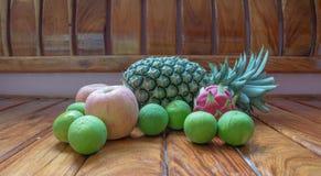Apple äter och bär frukt Arkivbilder