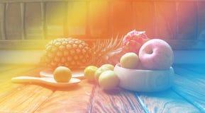 Apple äter och bär frukt royaltyfria bilder