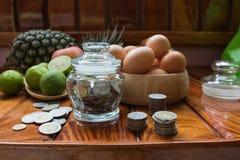 Apple äter och bär frukt pengar och ägg royaltyfri fotografi