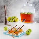 Apple, άσπρη διάτρηση κρασιού, τσάι, θερμαμένος μηλίτης στο διανομέα ποτών Στοκ Εικόνες