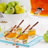 Apple, άσπρη διάτρηση κρασιού, τσάι, θερμαμένος μηλίτης Στοκ εικόνες με δικαίωμα ελεύθερης χρήσης