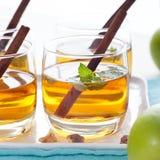 Apple, άσπρη διάτρηση κρασιού, τσάι, θερμαμένος μηλίτης Στοκ φωτογραφίες με δικαίωμα ελεύθερης χρήσης