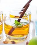 Apple, άσπρη διάτρηση κρασιού, τσάι, θερμαμένος μηλίτης Στοκ εικόνα με δικαίωμα ελεύθερης χρήσης