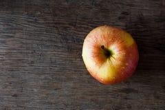 Apple αγροτικό ξύλινο tabletop Στοκ φωτογραφία με δικαίωμα ελεύθερης χρήσης