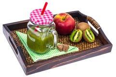 Apple, ακτινίδιο, καταφερτζής φρούτων στον ξύλινο δίσκο - υγιή και υγιή τρόφιμα Στοκ Φωτογραφία