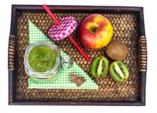 Apple, ακτινίδιο, καταφερτζής φρούτων στον ξύλινο δίσκο - υγιή και υγιή τρόφιμα Στοκ εικόνες με δικαίωμα ελεύθερης χρήσης