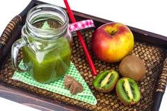 Apple, ακτινίδιο, καταφερτζής φρούτων στον ξύλινο δίσκο - υγιή και υγιή τρόφιμα Στοκ Εικόνες