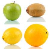 Apple, ακτινίδιο, λεμόνι και πορτοκάλι που απομονώνονται στην αντανακλαστική επιφάνεια Στοκ Φωτογραφία