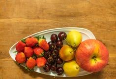 Apple, αχλάδι, κεράσι & Starberry στο άσπρο πιάτο Στοκ Φωτογραφία