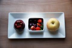 Apple, αχλάδι, φράουλα και σταφύλι στο άσπρο κύπελλο Στοκ φωτογραφία με δικαίωμα ελεύθερης χρήσης
