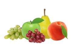 Apple, αχλάδι, ροδάκινο και σταφύλι που απομονώνονται στο λευκό Στοκ Φωτογραφία