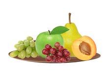 Apple, βερίκοκο, αχλάδι και σταφύλι στο πιάτο που απομονώνεται στο λευκό Στοκ Εικόνες