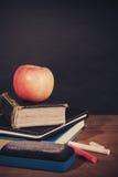 Apple, βιβλία και κιμωλίες με το υπόβαθρο πινάκων Στοκ φωτογραφία με δικαίωμα ελεύθερης χρήσης