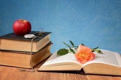 Apple, βιβλία και ρολόι τσεπών Στοκ εικόνα με δικαίωμα ελεύθερης χρήσης