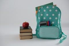 Apple, βιβλία και σχολική τσάντα στο άσπρο υπόβαθρο Στοκ Φωτογραφίες