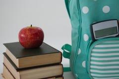 Apple, βιβλία, υπολογιστής και σχολική τσάντα στο άσπρο υπόβαθρο Στοκ Φωτογραφίες