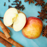 Apple, γαρίφαλα και κανέλα (συστατικά πιτών μήλων) Στοκ Εικόνα