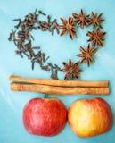 Apple, γαρίφαλα και κανέλα (συστατικά πιτών μήλων) Στοκ Φωτογραφία
