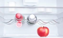 Apple, γιαούρτι και δύο μπουκάλια Στοκ φωτογραφία με δικαίωμα ελεύθερης χρήσης