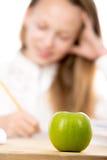 Apple για το μεσημεριανό γεύμα μαθητριών Στοκ εικόνες με δικαίωμα ελεύθερης χρήσης