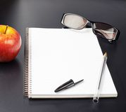 Apple, γυαλιά και βιβλίο σημειώσεων Στοκ φωτογραφία με δικαίωμα ελεύθερης χρήσης