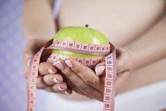 Apple, γυναίκα εγκυμοσύνης, υγιής έννοια τρόπου ζωής Στοκ Εικόνα