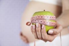 Apple, γυναίκα εγκυμοσύνης, υγιής έννοια τρόπου ζωής Στοκ φωτογραφία με δικαίωμα ελεύθερης χρήσης