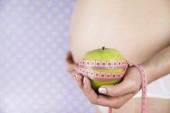 Apple, γυναίκα εγκυμοσύνης, υγιής έννοια τρόπου ζωής Στοκ Εικόνες