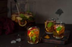 Apple, λεμόνι και παγωμένο μέντα τσάι Στοκ Φωτογραφίες