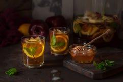 Apple, λεμόνι και παγωμένο μέντα τσάι Στοκ φωτογραφία με δικαίωμα ελεύθερης χρήσης