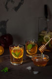 Apple, λεμόνι και παγωμένο μέντα τσάι Στοκ Εικόνες