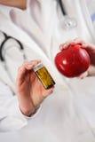 Apple εναντίον των φαρμάκων. Υγιής έννοια επιλογής Στοκ φωτογραφία με δικαίωμα ελεύθερης χρήσης