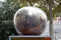 Apple - η σφαίρα   Παρίσι, Γαλλία Στοκ εικόνα με δικαίωμα ελεύθερης χρήσης