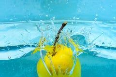 Apple κάτω από το νερό με τους διαφανείς παφλασμούς φυσαλίδων και πτώσεων νερού υγιής τρόπος ζωής έννοιας Πλύσιμο της Apple σε κα Στοκ φωτογραφίες με δικαίωμα ελεύθερης χρήσης