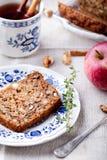 Apple, κέικ ξύλων καρυδιάς, φραντζόλα, ψωμί με τα φρέσκα μήλα Στοκ εικόνες με δικαίωμα ελεύθερης χρήσης