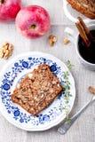 Apple, κέικ ξύλων καρυδιάς, φραντζόλα, ψωμί με τα φρέσκα μήλα Στοκ Εικόνες